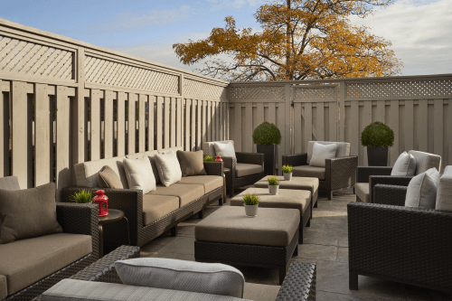 courtyard by marriott toronto airport patio buiten.png