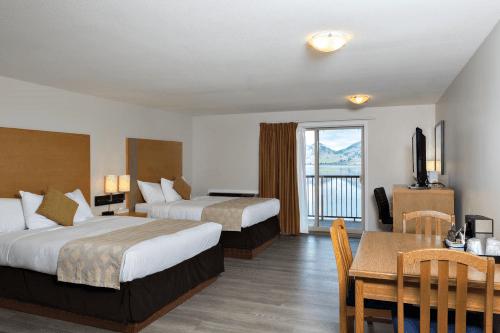 coast osoyoos beach hotel kamer met 2 bedden.png