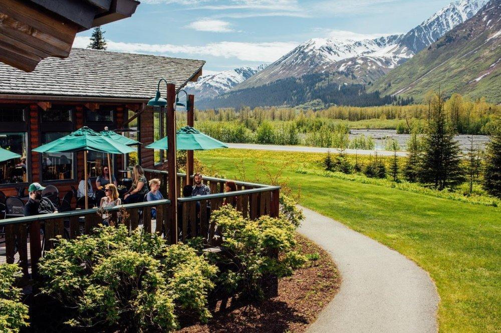 seward windsong lodge restaurant buiten eten.jpg