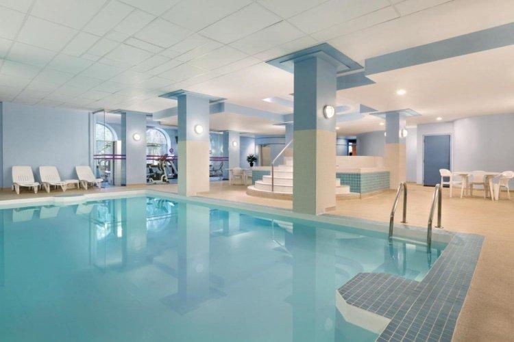 coast edmonton plaza hotel binnenzwembad.jpg