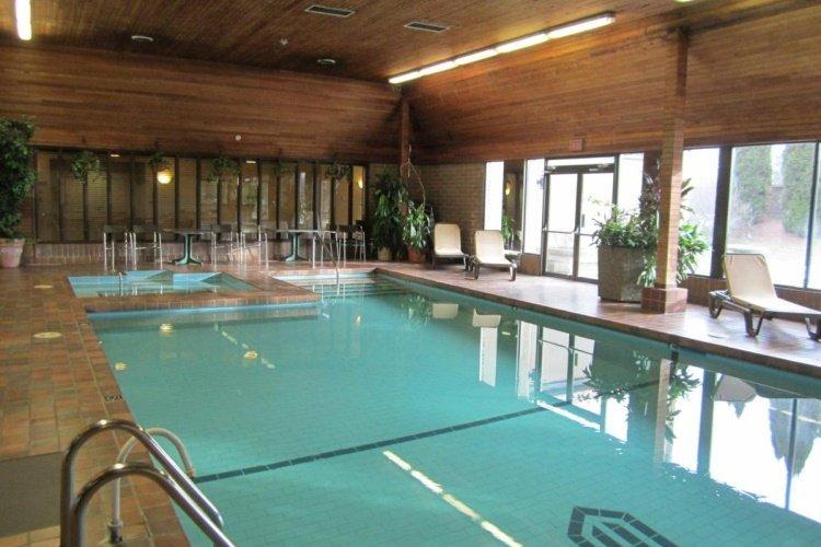 ramada by wyndham kelowna hotel zwembad.jpg