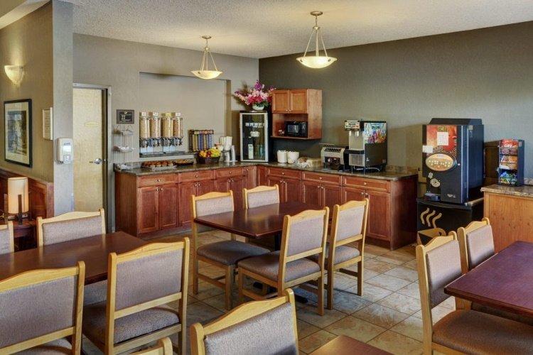 lakeview inns & suites - fort nelson ontbijtruimte.jpg