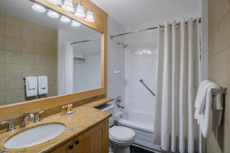 whistler village inn suites badkamer.jpg