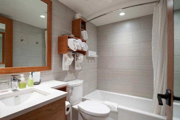 banff ptarmigan inn badkamer.jpg