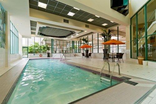 Rosedale on Robson Suite Hotel binnenzwembad