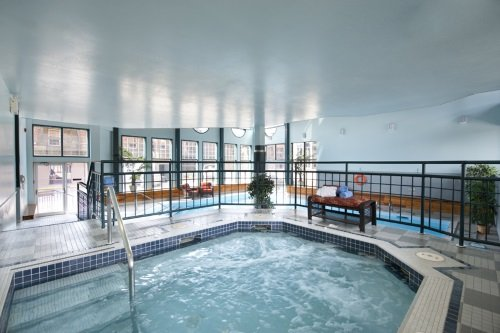 Tonquin Inn whirlpool en zwembad
