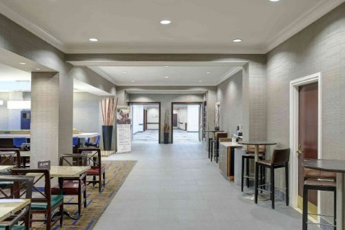 Courtyard by Marriott Toronto dining area