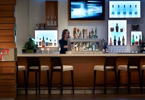 Delta Ottawa City Center bar